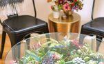 Se você quer mudar algo na sua casa, mas está sem ideias, que tal apostar em mesas com suculentas? Esses móveis são fáceis de fazer e têm tudo para deixar qualquer cômodo bem mais vivo, descolado e bonito