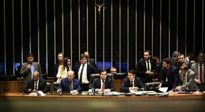 O presidente da Câmara, Rodrigo Maia, aparece em destaque em foto de julho, quando votação sobre reforma foi iniciada; na volta do recesso, o projeto passa por mais uma etapa