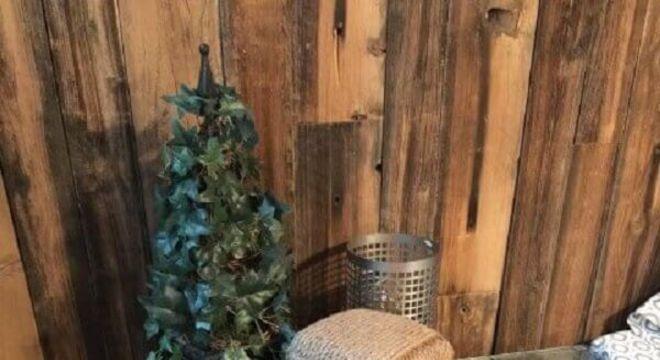 Mesa de carretel de madeira com vidro como criado-mudo