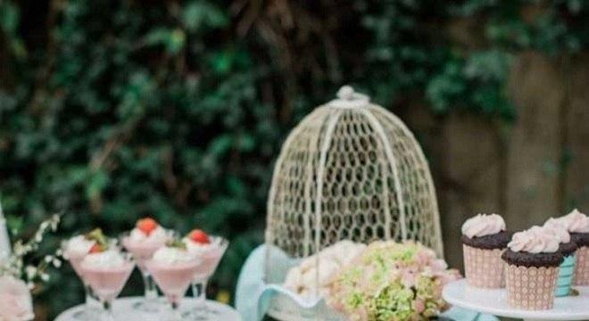 mesa de guloseimas ao ar livre