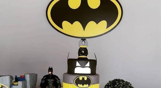 mesa de guloseimas para festa infantil do batman