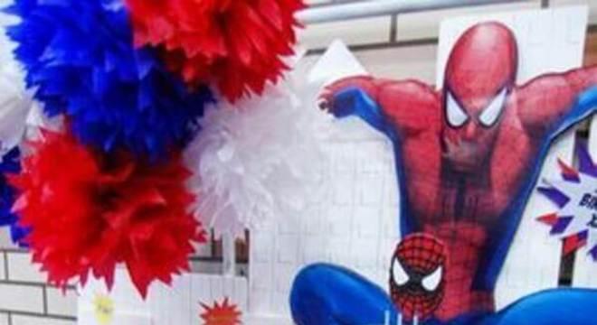 mesa de guloseimas para festa infantil do Homem Aranha