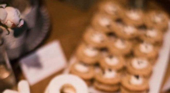 mesa de guloseimas simples com biscoito em formato de letras