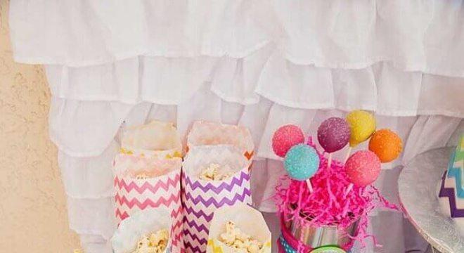 mesa de guloseimas simples e colorida