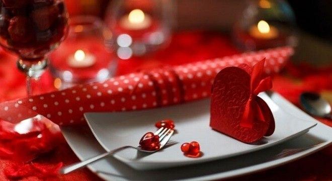 Mesa de jantar decorada em tons de vermelho e branco para o dia dos namorados
