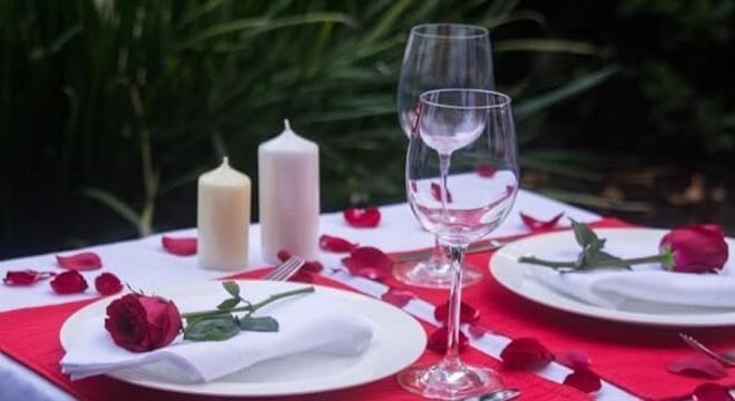 Mesa de jantar decorada para o dia dos namorados