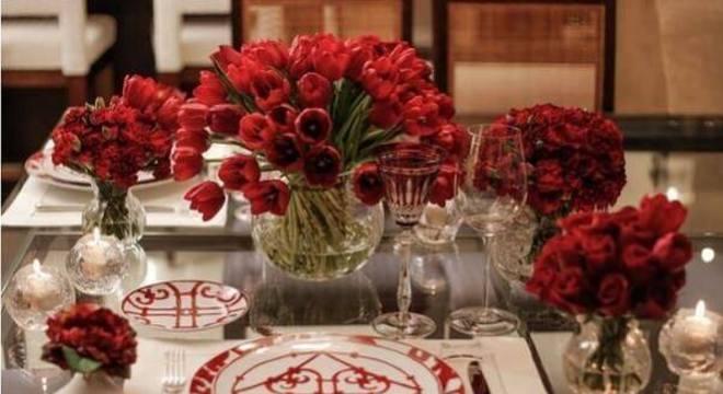 Mesa de jantar especial com flores para o dia dos namorados
