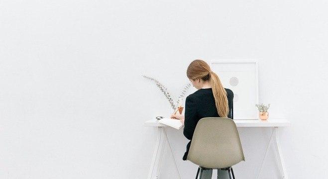 Características como altura e largura devem ser determinantes para a escolha da mesa, a fim de evitar problemas de postura.