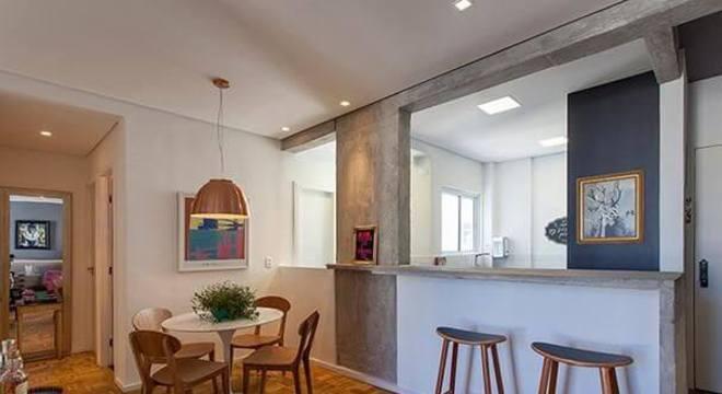 Mesa redonda com 4 cadeiras de madeira ao lado da cozinha Projeto de Tria Arquitetura