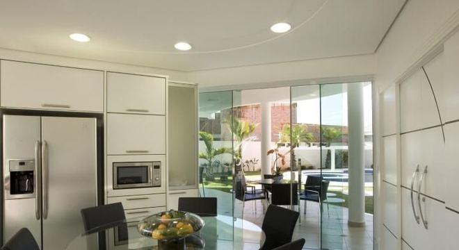 Mesa redonda de vidro em cozinha Projeto de Aquiles Nicolas Kilaris