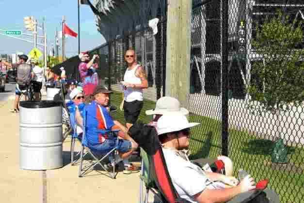 Mesmo com portões fechados, fãs acompanharam a corrida do lado de fora