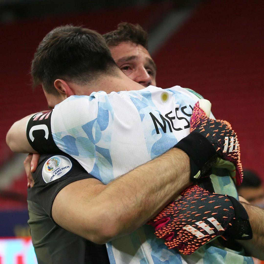 A felicidade de Messi, abraçado a Martínez. Quinta chance de ser campeão com a Argentina