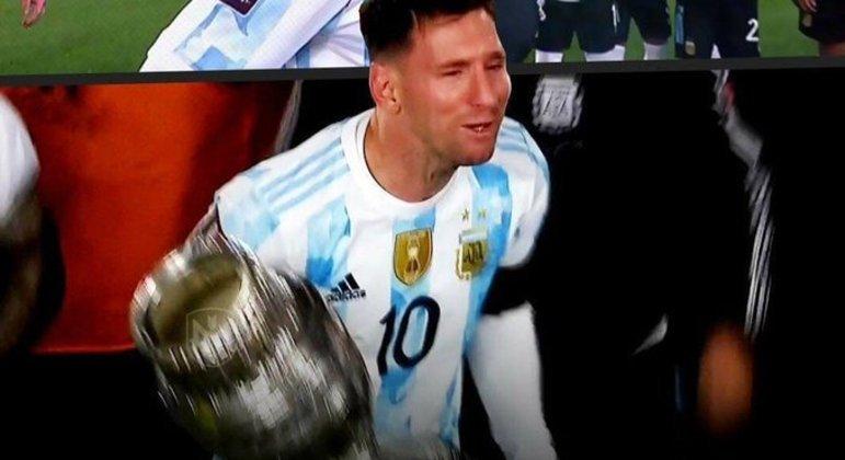 Messi cantando e chorando com os torcedores. Sintonia perfeita com os argentinos