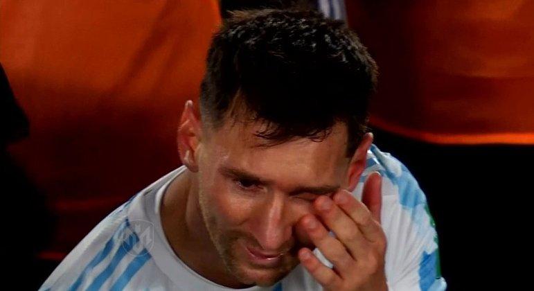Messi valoriza a conquista. Chora pela alegria de vencer e não pelo rancor das críticas