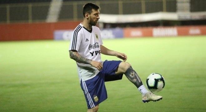 Messi treina no estádio do Barradão, em Salvador, Bahia