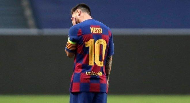 Messi, no intervalo, a caminho dos vestiáriosi