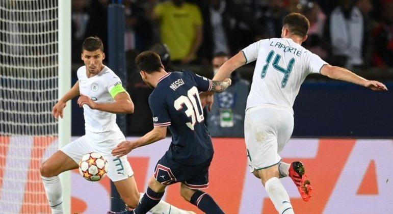 O chute genial sem chance de defesa de Ederson. 121 gols na Champions. O primeiro pelo PSG