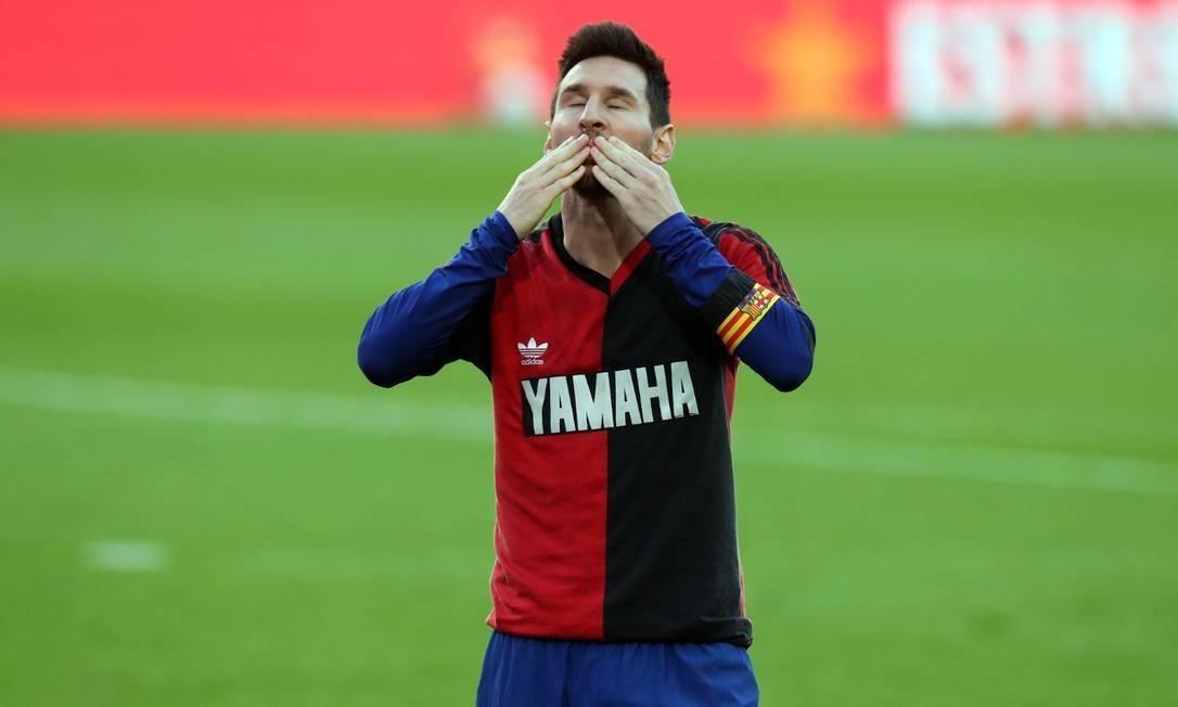 Messi manda um beijo para o céu. Para seu ídolo, Diego Armando Maradona