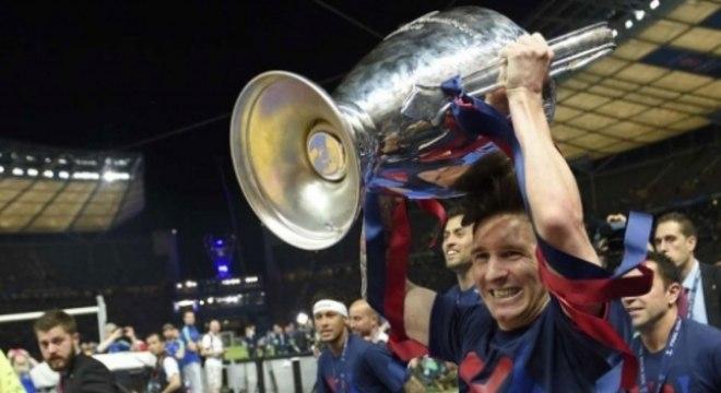 Messi ergue a taça da Champions de 2015