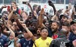 Torcida do Paris Saint-Gemain recebe Messi no aeroporto