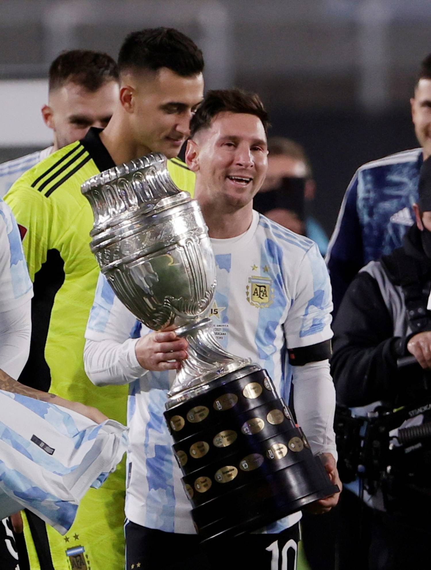 Messi canta e chora, com a torcida argentina, segurando o troféu da Copa América. Merece respeito