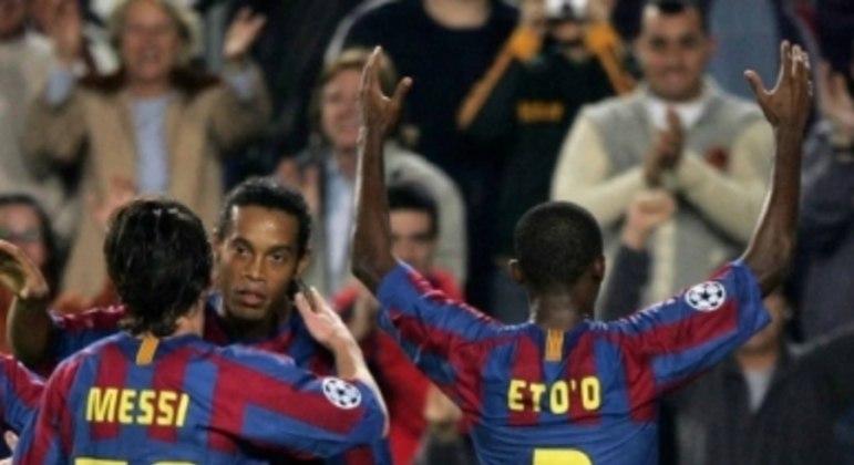 Messi com a camisa 30 no Barcelona, acompanhado de Ronaldinho e Eto