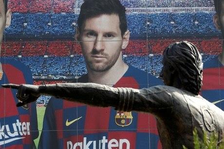 Retrato de Messi em frente a estátua de Cruyff