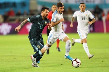 Vina disputa bola com Messi em amistoso