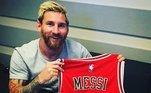 Ou jogar basquete no Chicago Bulls... O time publicou a foto do argentina com a camisa 10 da franquiaLeia também:'Messi é a lenda do Barça', diz biógrafo; veja trajetória do craque