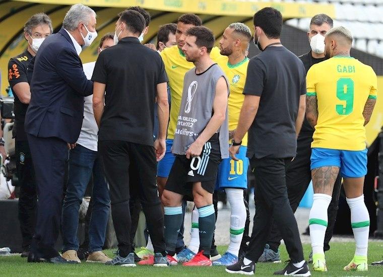 Tite, Messi, Neymar conversando, depois que o jogo foi paralisado. Vexame histórico em Itaquera