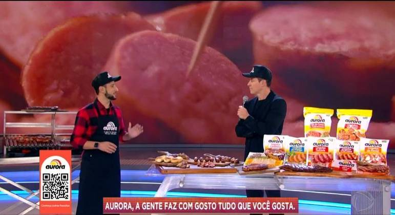 Mestre churrasqueiro Netão Bom Beef deu dicas de como preparar uma linguicinha Aurora suculenta no palco do Hora do Faro