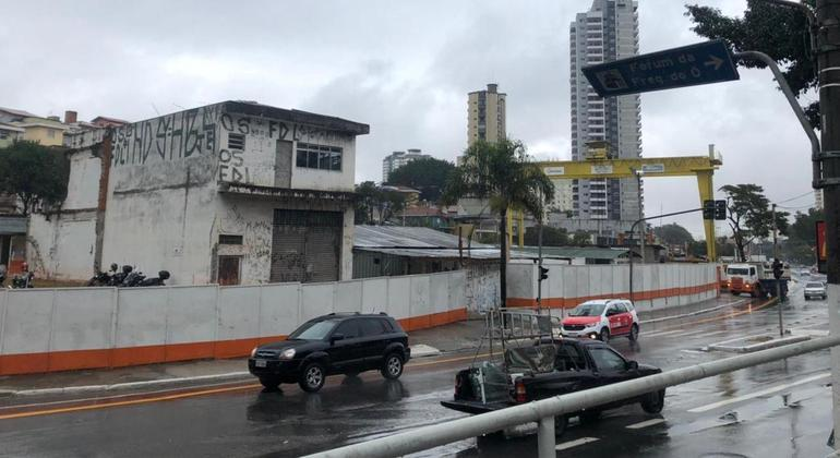 Apenas uma moradia ainda está de pé no entorno de onde está sendo construída a estação