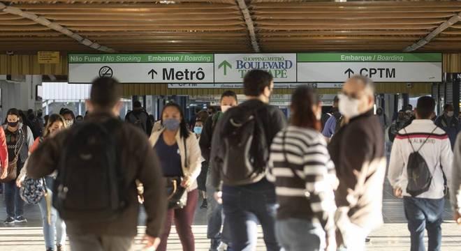Novo rodízio em SP fez com que mais pessoas fossem para o metrô e trens