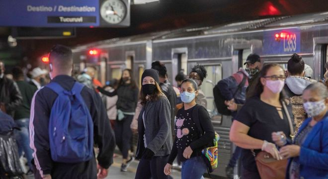 Movimentação em estação da Linha 1 Azul do Metrô de São Paulo