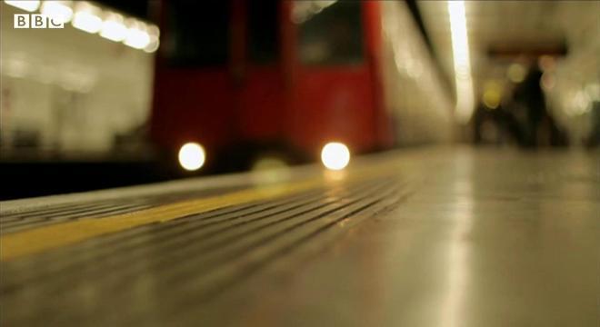 Agressor tentou derrubar dois homens no trilho do metrô de Londres