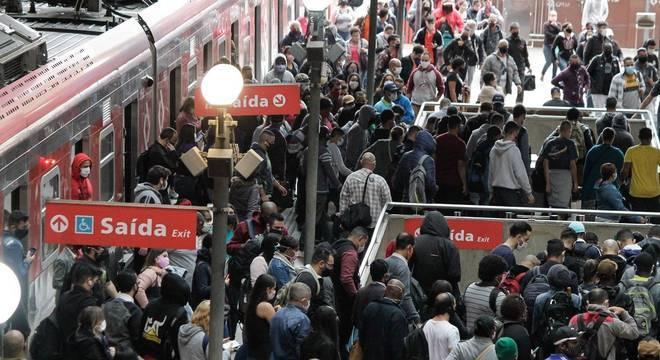 Estação da Luz registra movimento intenso de passageiros nesta quinta-feira
