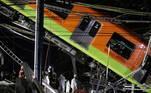 Dezenas de bombeiros e funcionários de equipes de resgateretiraram os passageiros, entre ferros retorcidos e cabos
