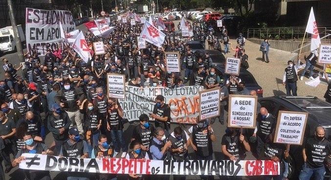 Manifestação começou na manhã desta terça-feira (11)