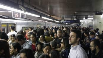 __Em SP, passageiros do Metrô ficam sem serviço por mais de uma hora__ (Fábio Vieira/Fotorua/Folhapress - 24.04.2018)