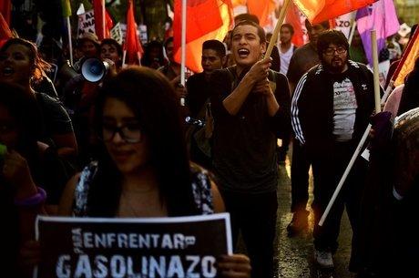 No México, medidas do governo levaram a alta no preço de combustíveis - e a protestos