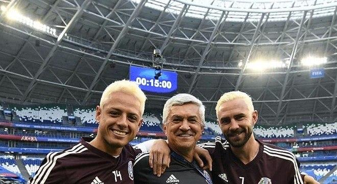 Chicharito Hernández e Miguel Layún posaram com o visual descolorido em treino