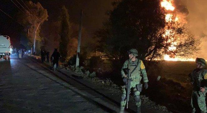 Autoridades tentaram cercar o local onde havia vazamento de gás, mas não conseguiram evitar que centenas de pessoas furassem o bloqueio para roubar combustível