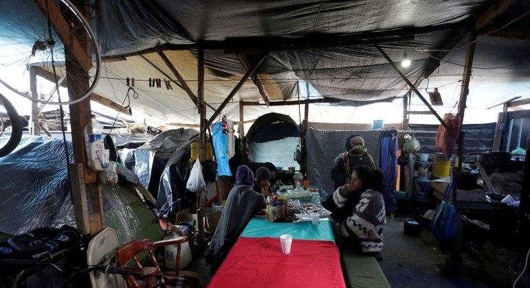Imigrantes eram forçados a viver em acampamentos do lado mexicano da fronteira