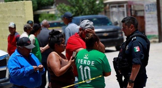 Parentes de vítimas de chacina no México conversam com policial