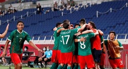 Jogadores do México comemoram gol