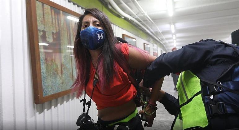 Policial algema a fotojornalista Leslie Pérez, do jornal El Heraldo, durante manifestação