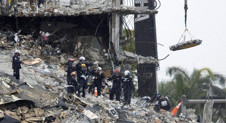 Equipes seguem vasculhando os escombros em busca de vítimas no prédio