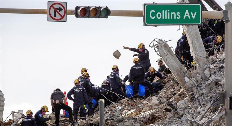 Equipes de resgate seguem trabalhando nos escombros do prédio que desabou