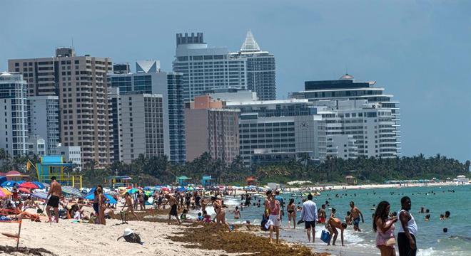 Foto tirada em 10 de junho, quando centenas foram à praia de Miami