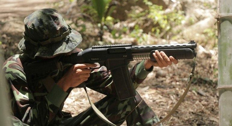 Grupo de ativistas pró-democracia treinam com guerrilheiros e aprendem a atirar com fuzil